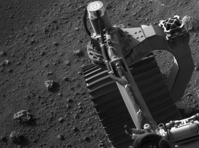 Imagem do rover de Marte e da superfície do planeta usando sua câmera de navegação esquerda (Navcam), 1 de março de 2021