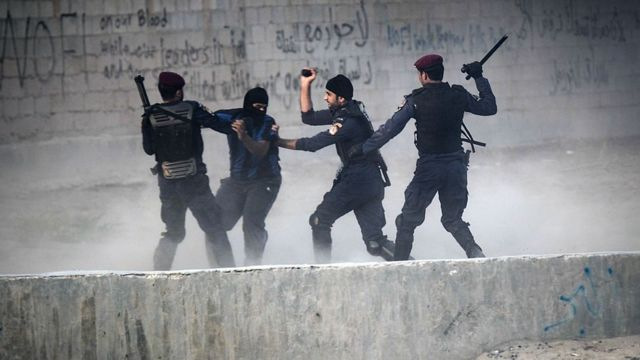رجال الشرطة البحرينية يوقفون متظاهرا (صورة أرشيفية)
