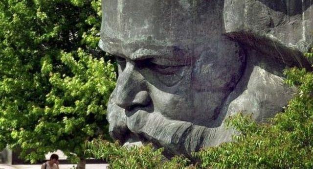Foto de escultura de Marx