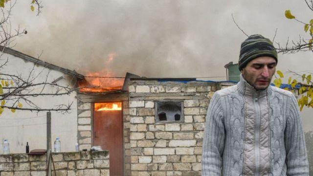رجل أرمني يشعر بالحزن بعد حرق منزله في ناغورنو كاراباخ