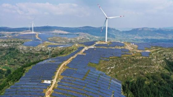 Campo de energia solar e eólica na China