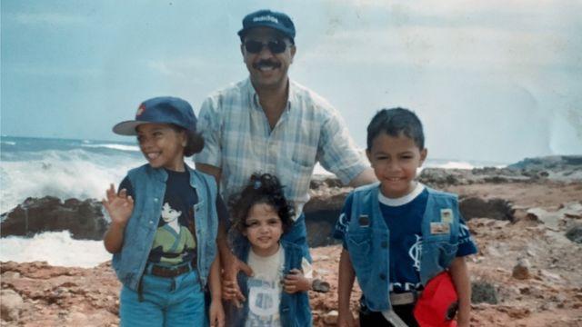 مع والدها وأخويها