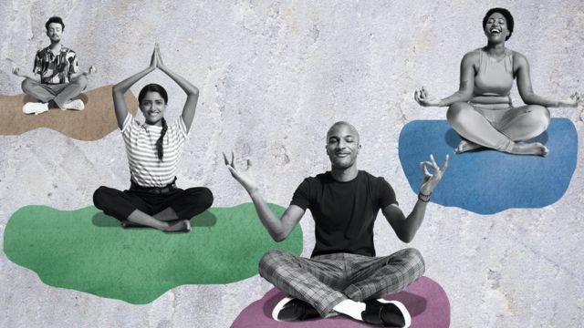 Montagem: grupo de pessoas meditando nas nuvens