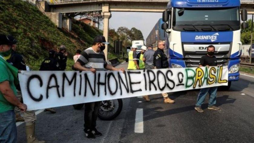 Truck drivers blocking the Regis Bitencourt highway, in SP