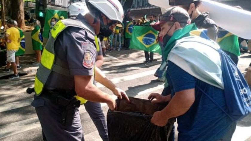 Photo sent by the Public Security Department showing a police officer searching a protester in Paulista this Tuesday