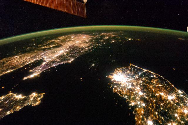 2014년 국제우주정거장에서 내려다본 한반도. 북한 전역을 뒤덮은 어둠 사이에 평양만 밝게 빛나고 있다