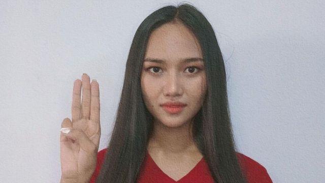 한레이가 군부 독재 비판 시위의 상징인 '세 손가락 경례'를 해 보이고 있다