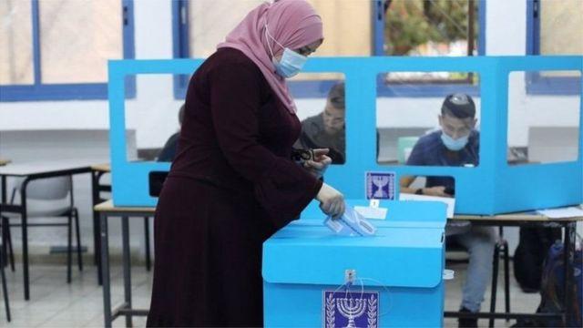 امرأة محجبة تدلي بصوتها في الانتخابات الإسرائيلية