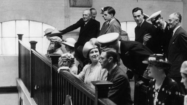 伊丽莎白公主(左三),乔治六世国王,路易斯·蒙巴顿伯爵和伊丽莎白女王并排坐在达特茅斯皇家海军学院的教堂里,希腊和丹麦的菲利普亲王身后(右二)( 1939年7月23日)