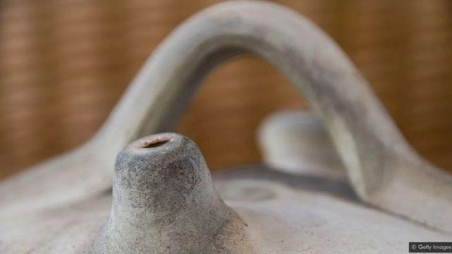 A moringa ajuda no resfriamento evaporativo, permitindo que a água penetre por meio da superfície porosa do barro