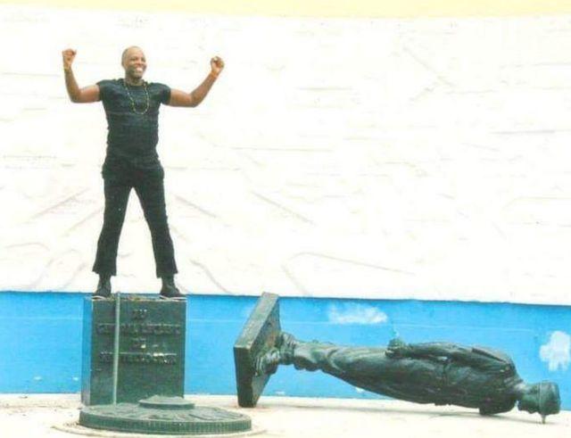 André Blaise Essama yatanguye guhenuha igishusho ca Jenerali Leclerc ubwa mbere mu 2003