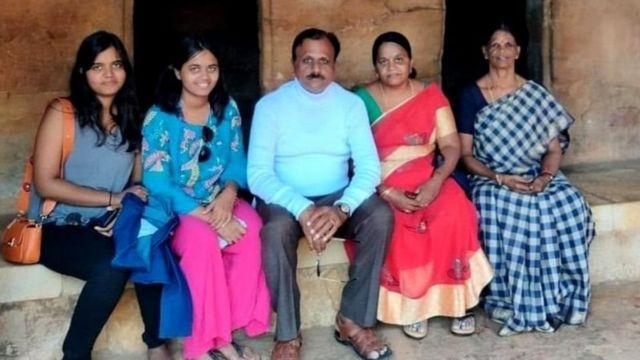 قتل ہونے والی لڑکیاں اپنے والدین کے ساتھ