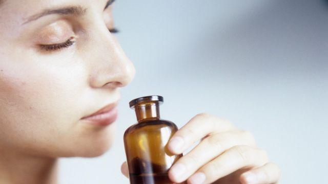 Mulher inala cheio de um frasco