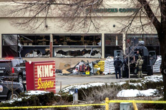 총격범은 중무장한 경찰과 몇 시간 동안 대치하다 체포된 것으로 알려졌다