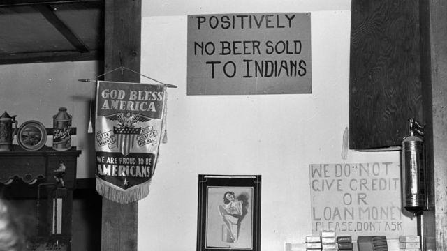 """Un aviso en una tienda de Montana dice """"No se venden cervezas a indios"""". Foto de 1941."""