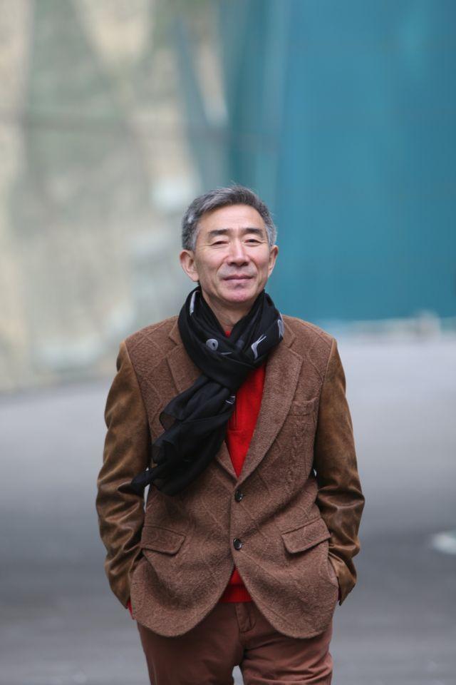 2015년, 그는 자신의 이야기를 담은 자전적 소설 '붉은 넥타이'를 첫 출간했다
