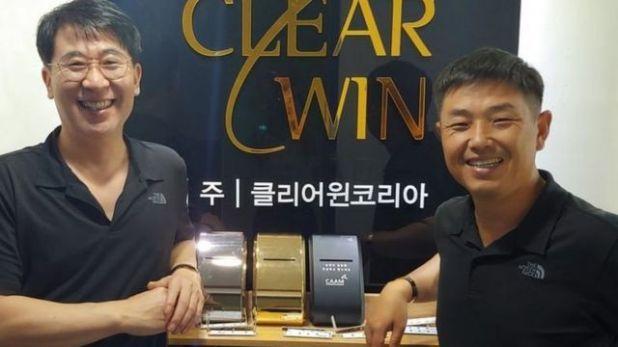 """كيم كيونغ يون (إلى اليسار) وكيم يو تشيول مع ثلاثة من وحدات """"كلير وين"""""""