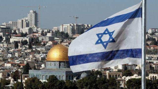 Una bandera israelí ondea en Jersualén.