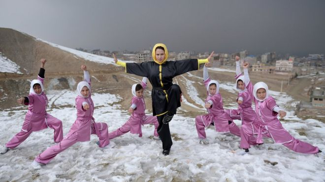 Genç kızlar, kar yağışına rağmen Kabil'deki Shahrak Haji Nabi tepesinde eğitimlerine devam ediyor.