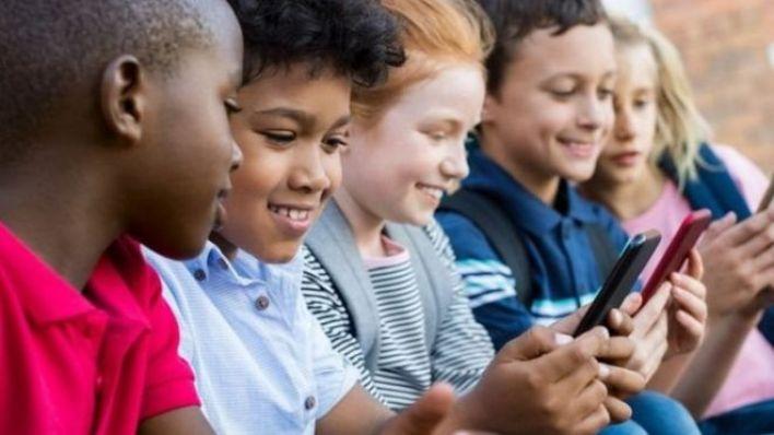 Akıllı telefonlarını kullanan çocuklar