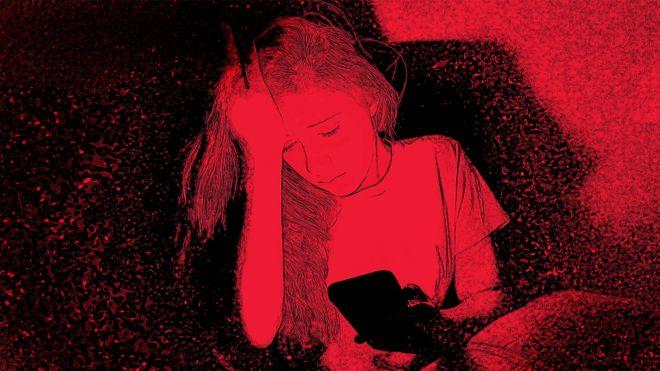 طفلة حزينه تلعب بهاتفها المحمول