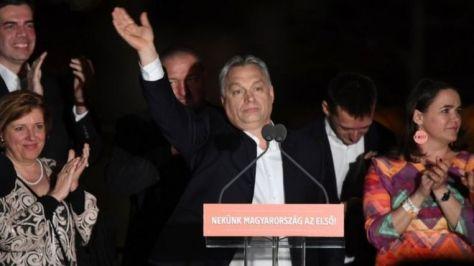 3期目が確実となったオルバン首相(中央)