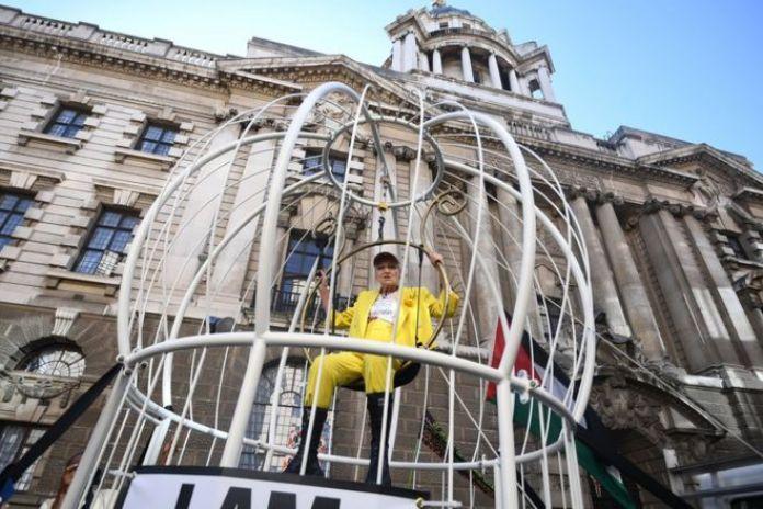 Dame Vivienne Westwood suspendue dans une grande cage à oiseaux à l'extérieur de l'Old Bailey à Londres