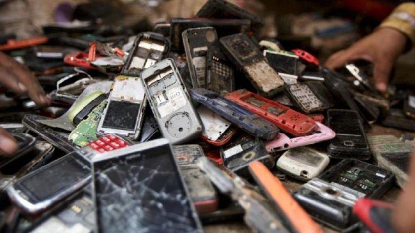 Eski cep telefonları yığını