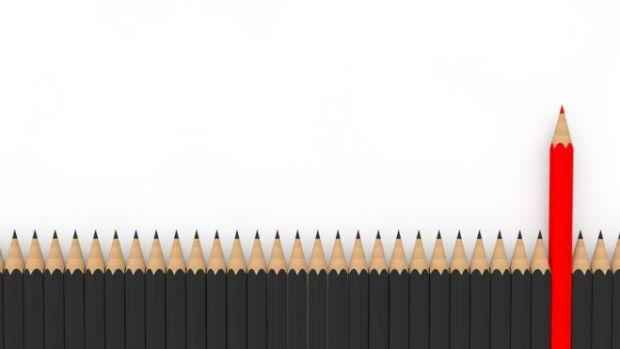 Lapices negros a una altura igual y uno rojo que sobresale.