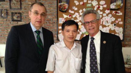 Dân biểu Alan Lowenthal (bìa phải) gặp luật sư Nguyễn Văn Đài hồi 2015