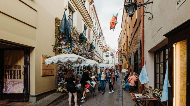 وجدت الحانات التي تقدم بعض المأكولات الخفيفة، أنه من اليسير عليها للغاية، الاستفادة من المبادرة التي أعلنتها سلطات العاصمة الليتوانية للانتفاع من الفضاءات العامة في المدينة