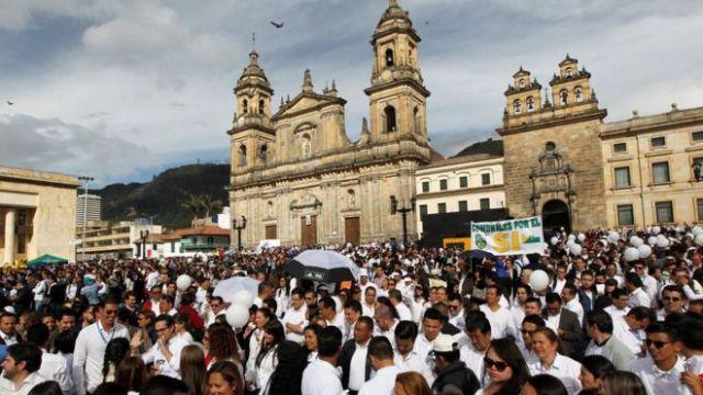 En Bogotá, una multitud se reunió para seguir en directo la firma del acuerdo de paz.