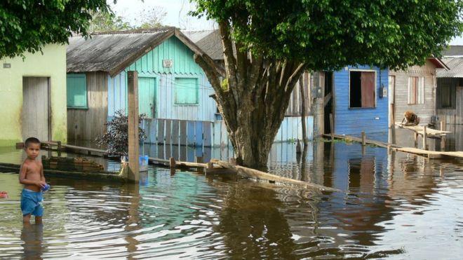 Casas inundadas na cidade de Itacoatiara em 2009
