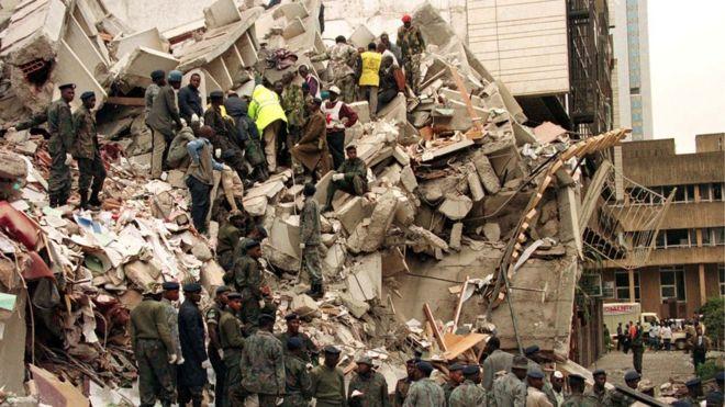 Tareas de rescate tras la explosión en Nairobi.