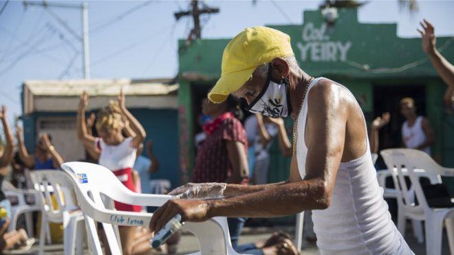 Evangélicos en Santo Domingo oran al aire libre el 10 de abril.