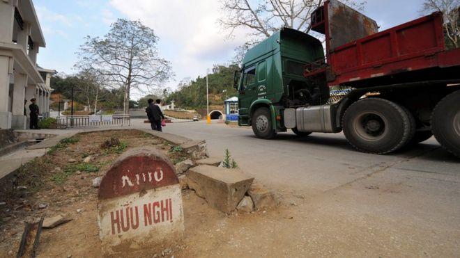 Ba mươi năm sau, khu vực Lạng Sơn gần Hữu Nghị Quan, nơi từng chứng kiến cuộc chiến ngắn ngủi nhưng khốc liệt giữa hai nước, nay là khu dân cư phát triển và yên bình. Ảnh chụp 5/2/2009, cho thấy một xe tải thương mại của Trung Quốc đang trên đường về nước và bên đường là cột mốc cây số cũ còn sót lại.