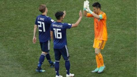 決勝トーナメント進出を喜び合う日本代表(28日、ロシア・ボルゴグラード)