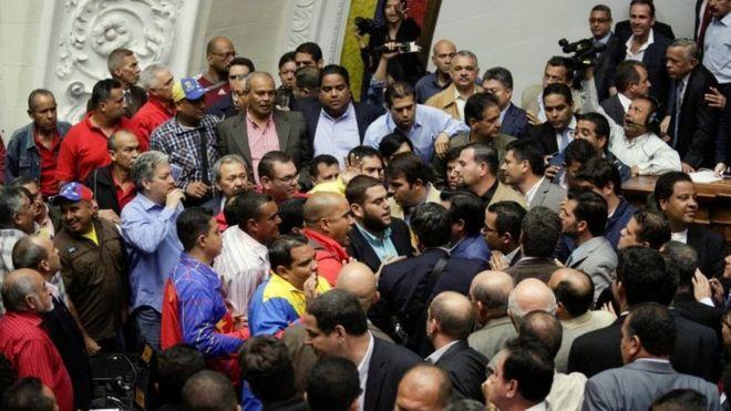 Căng thẳng vẫn đang tăng cao ở Quốc Hội trong suốt những phiên họp khẩn cấp gần đây