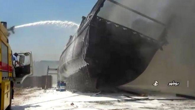 イランのブシャールの造船所で火災が発生した船を映しているイランの国営テレビのスクリーングラブ(2020年7月15日)