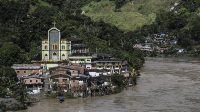 Vista da cidade de Puerto Valdivia, às margens do rio Cauca, durante uma enchente