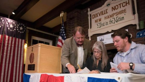 Testigos electorales cuentan los votos en Dixville Notch