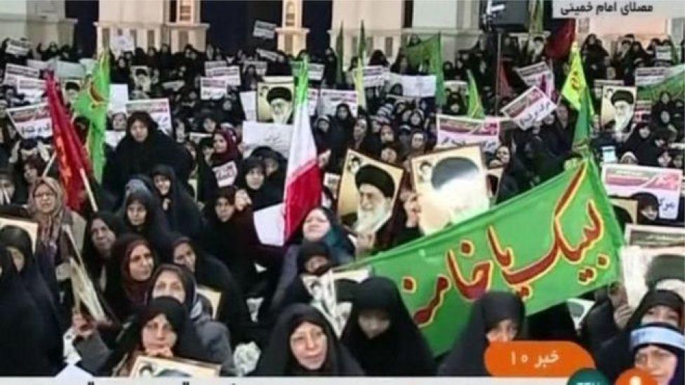 TVga dawladda ayaa soo daayey muuqaallada dad dhar madow xiran oo jooga magaalada caasimadda ee Tehran.