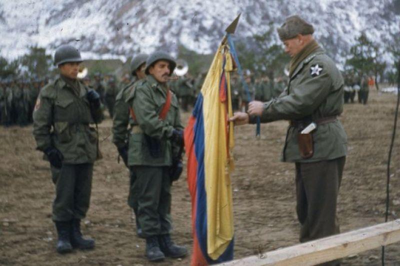 Soldados con bandera colombiana