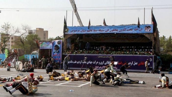 Soldados tendidos en el suelo durante un ataque a un desfile militar en Ahvaz
