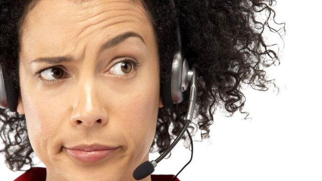 Mujer respondiendo llamada