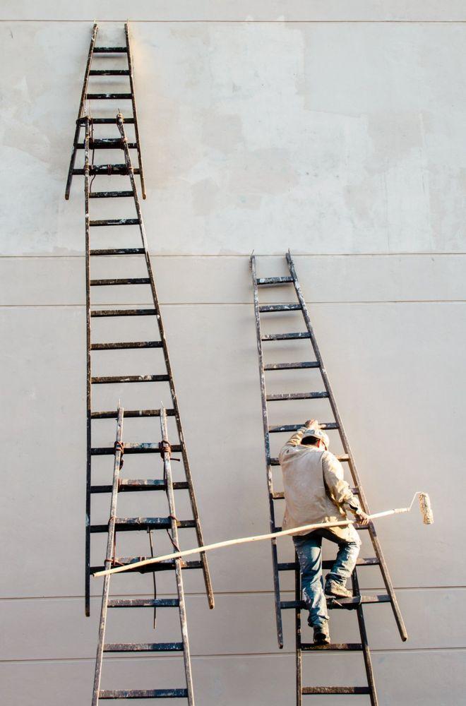 Un hombre que sube una escalera en Asunción, Paraguay.