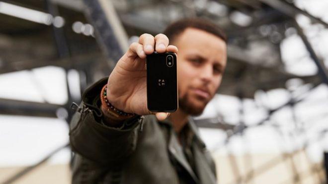 Teléfono de Palm sostenido por Stephen Curry