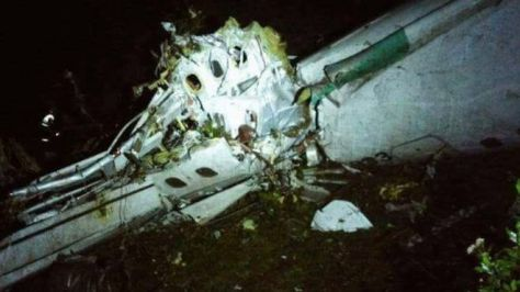 飛行機はメデジンに向かう途中、山岳地帯に墜落した