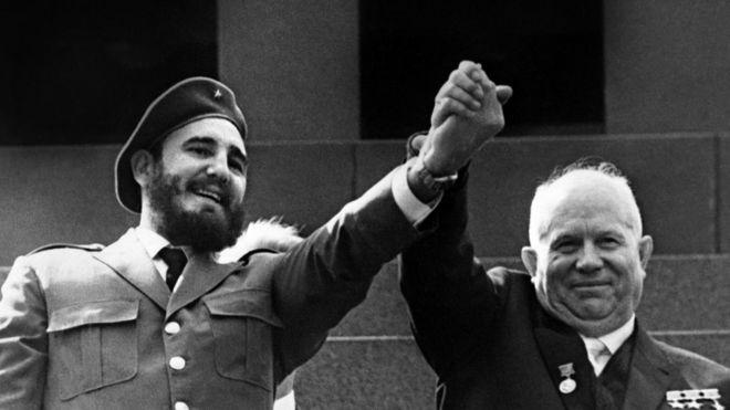 Fidel segura a mão do líder soviético Nikita Khrushchev durante uma visita oficial em Moscou em 1963