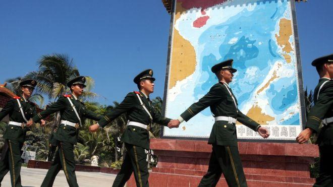 Cảnh sát có vũ trang TQ tuần tra ngang qua một điểm tưởng niệm trên đảo Phú Lâm thuộc Quần đảo Hoàng Sa hôm 11/2/2015